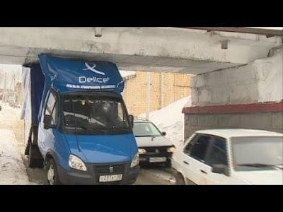 Как грузовики застревают под мостом