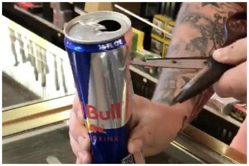 Выпить и обалдеть: на дне банки с Red Bull парень обнаружил неприятный сюрприз red bull, ynews, видео, находка, тайные включения, что скрывает упаковка