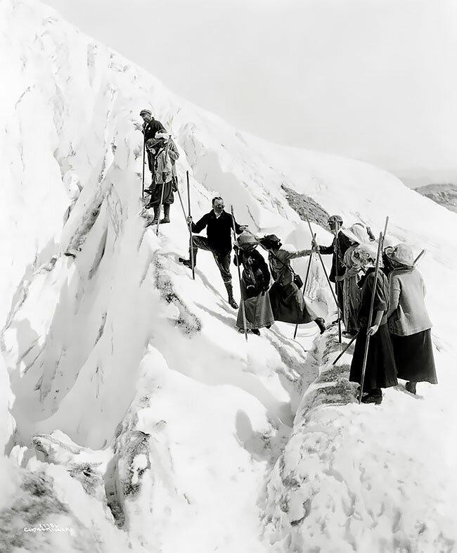 Туристы на леднике Парадайс в Вашингтоне, приблизительно 1911-1920 годы интересно, исторические кадры, исторические фото, история, ретро фото, старые фото, фото