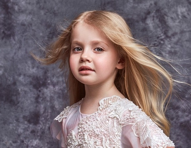 6-летняя Лиза Галкина исполняет на французском языке песню Джо Дассена «Елисейские поля»