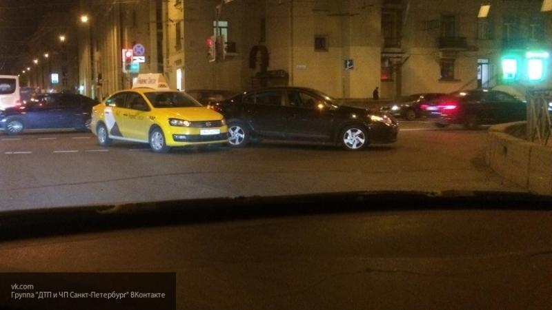 В Москве четверо неизвестных, угрожая топорами, ограбили пассажиров такси