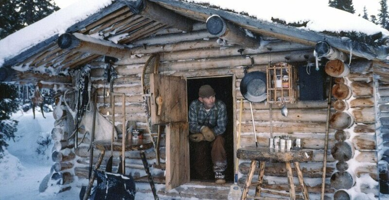 Уйдя на пенсию, Ричард Проеннек своими руками построил сруб и прожил на Аляске 30 лет