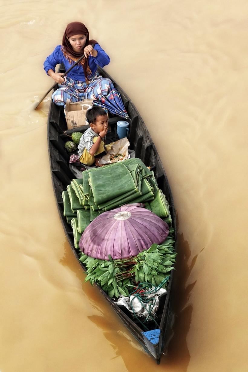 Очаровательные фото мам и их детей на индонезийских плавучих рынках