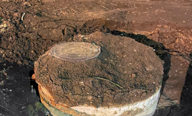 Мужчина спустился в канализационный колодец, который оказался замаскированным входом в старый бункер