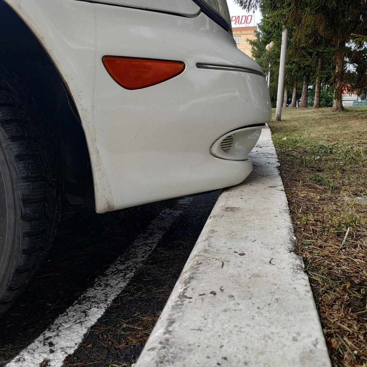 Хитрость от автоинструктора: паркуемся передом к бордюру так, чтобы точно не повредить бампер