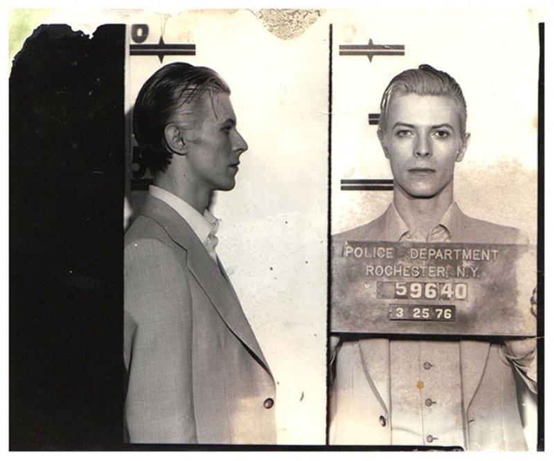 Дэвид Боуи. 1976 год. Курение марихуаны в общественном месте. арест, звезды, полиция, правонарушение