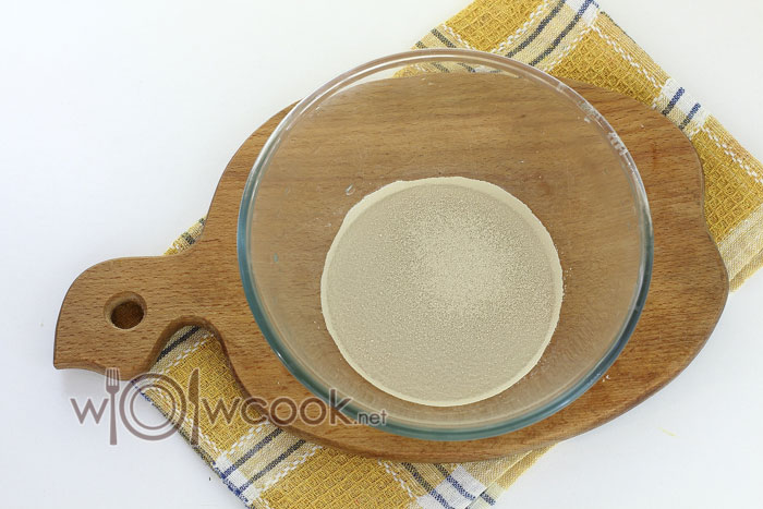 Готовим тесто, в холодную воду всыпаем дрожжи