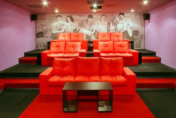 Домашний кинотеатр в цветах: красный, оранжевый, черный, серый. Домашний кинотеатр в стилях: минимализм.