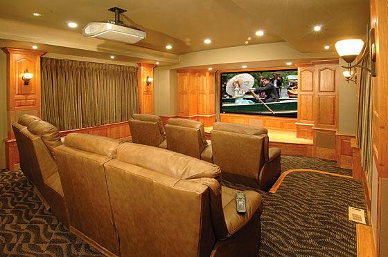 Домашний кинотеатр в цветах: коричневый, бежевый. Домашний кинотеатр в стилях: неоклассика.
