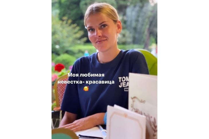 Лера Кудрявцева впервые показала, как выглядит красавица-невестка Кудрявцева, известная, своей, родила, пухленькими, блондинка, похожа, невестка, отметили, Поклонники, Анастасия, зовут, девушке, возлюбленной, снимок, опубликовала, соцсетях, Телеведущая, Адлере, семьей