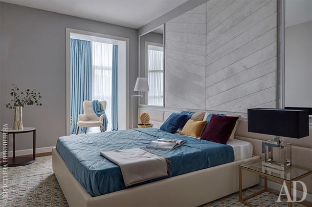 """Cпальня родителей. Светильники на тумбочках, Eichholtz, салон """"Интерни""""; торшер, Visual Comfort."""