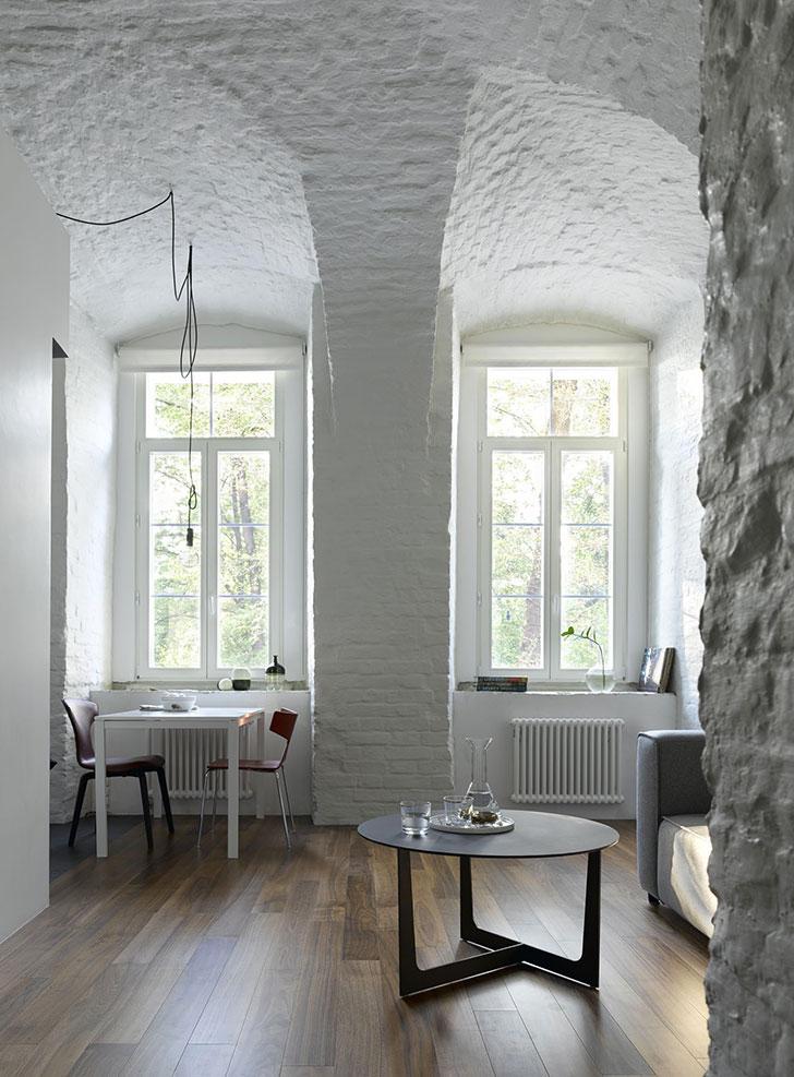 Черно-белая квартира в историческом доме в Москве (70 кв. м)