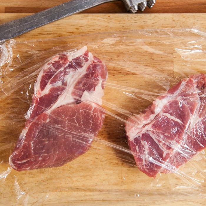 Отбивать мясо через пленку. | Фото: Hi-Chef.ru.
