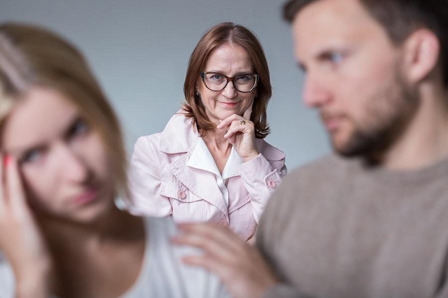 Пять причин почему нелюбимые дочери выбирают не тех партнеров.
