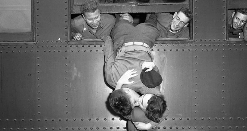 Любовь во время войны: 30 фото о том, как провожают и встречают солдат