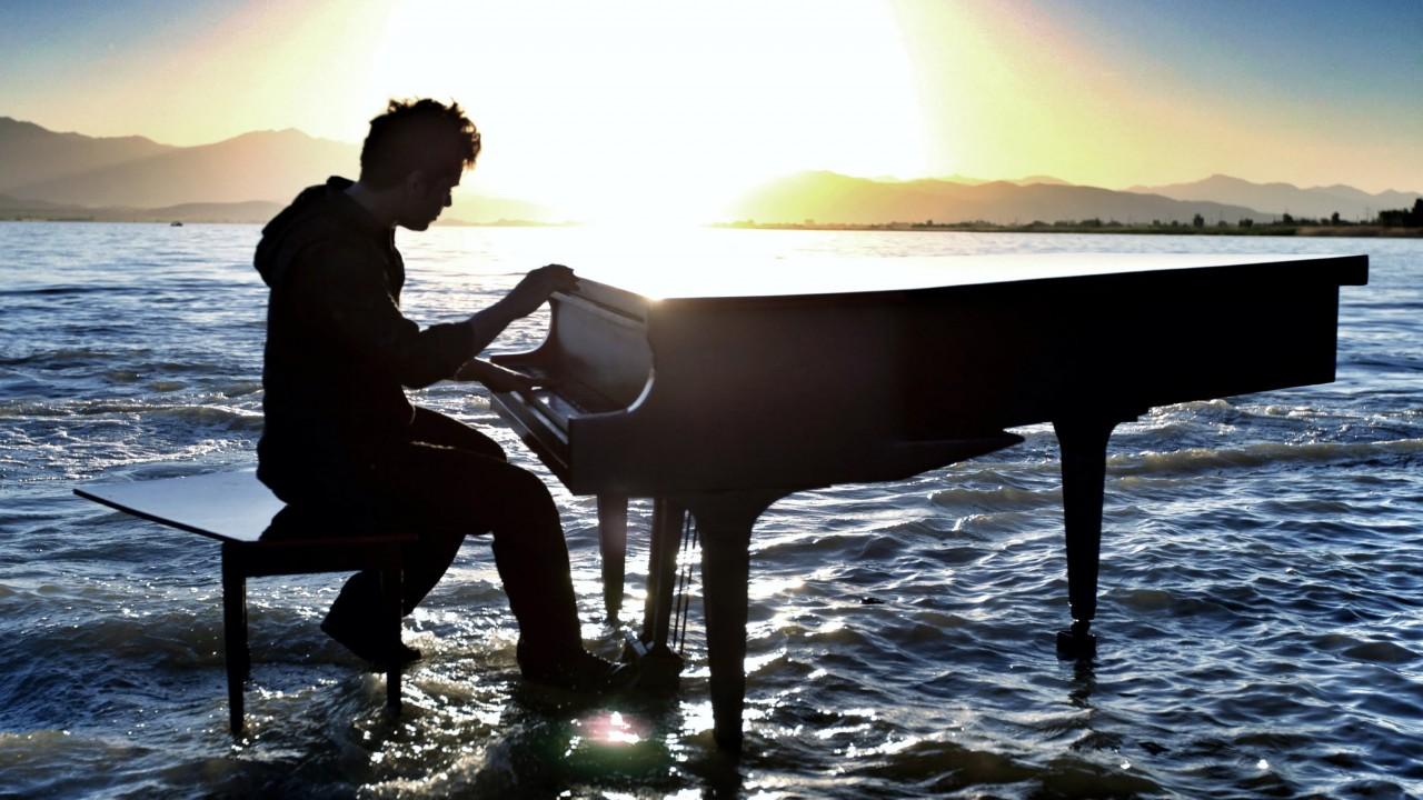 Этот молодой пианист произве…
