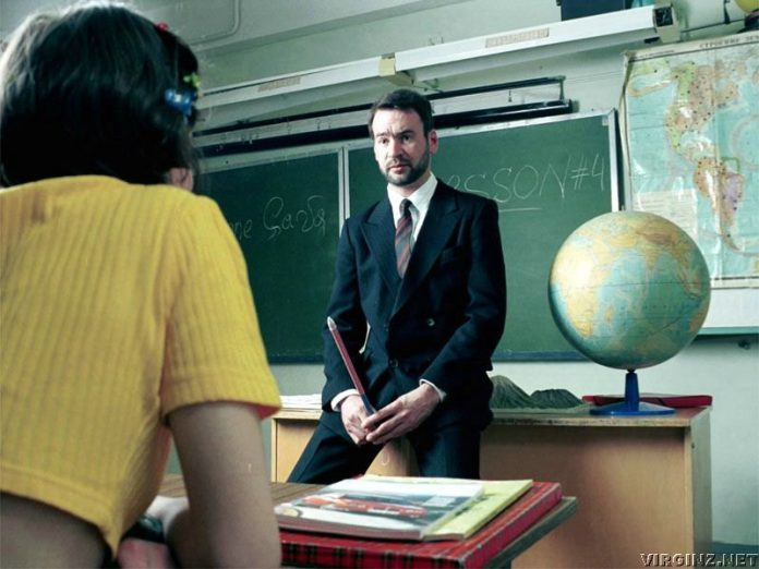 Студентка флиртует со своим …