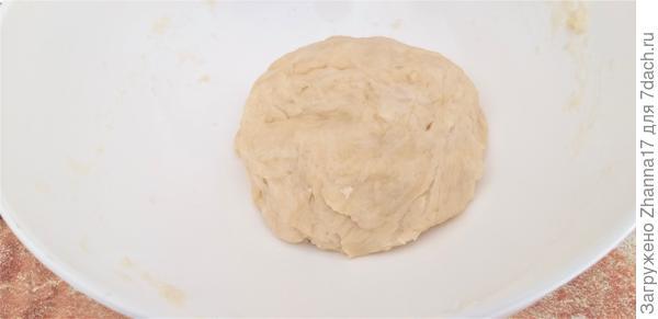 Просеиваем в миску муку, соединяем с солью и растительным маслом. Вливаем крутой кипяток и замешиваем тесто сначала лопаткой, а затем руками на доске