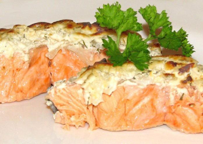 Беспроигрышный вариант приготовления рыбы в шубе из омлета с грецкими орехами
