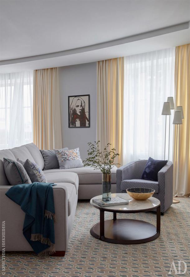 Гостиная. Декор и кресло, Dantone Home; текстиль и пуф, Loffilab. Торшер, Visual Comfort; ковер, Jerome Botanic.