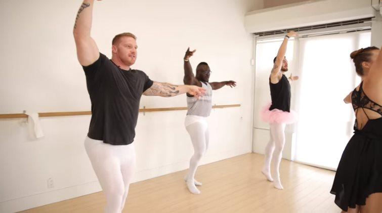 Танец мускулистых лебедей: обалденный танец от бодибилдеров!