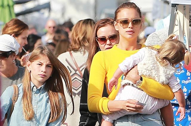 Ирина Шейк вместе с дочкой, сестрой и племянниками посетила фермерский рынок в Лос-Анджелесе