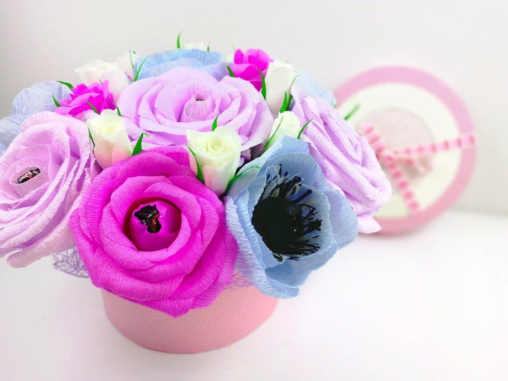 Нежный букетик роз и анемонов из гофрированной бумаги с конфетами.