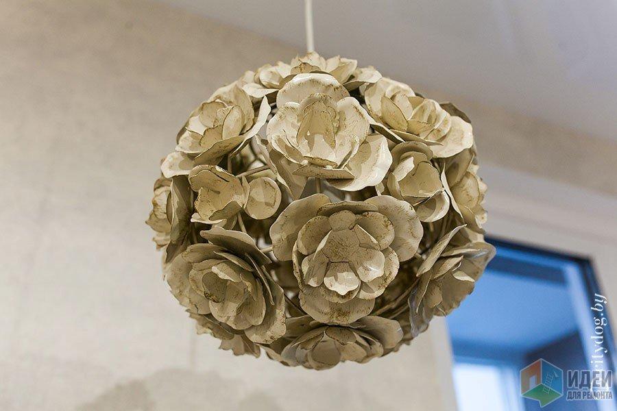 Декор люстры цветами из яичных лотков))) Сразу догадались из чего сделано?)))