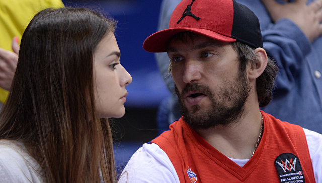 Песков рассказал, что Путин подарил Овечкину и Шубской на свадьбу