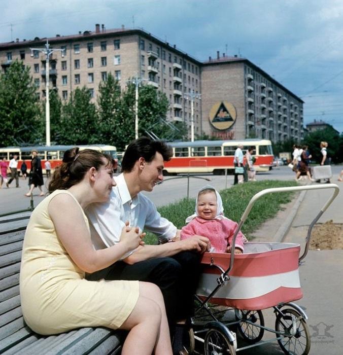 Счастливая молодая семья в сквере на Ленинском проспекте.