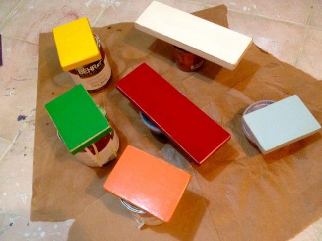 Деревянный стол с цветными ящиками