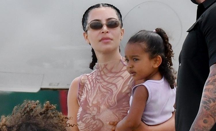 Ким Кардашьян и Канье Уэст вернулись из отпуска в Доминикане, где пытались спасти брак: фото с детьми из аэропорта