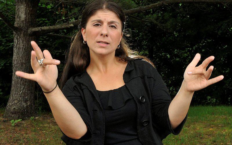 Сурдопереводчица Холли Маниатти снова отожгла — в этот раз переложив текст Эминема на жестовый язык