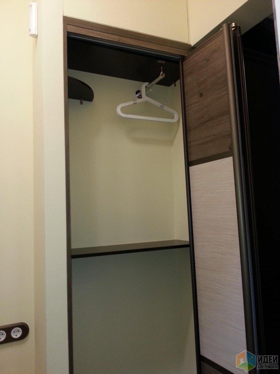 Шкаф внутри, тут еще нет крючков, чтобы вешать одежду, пока только вешалка