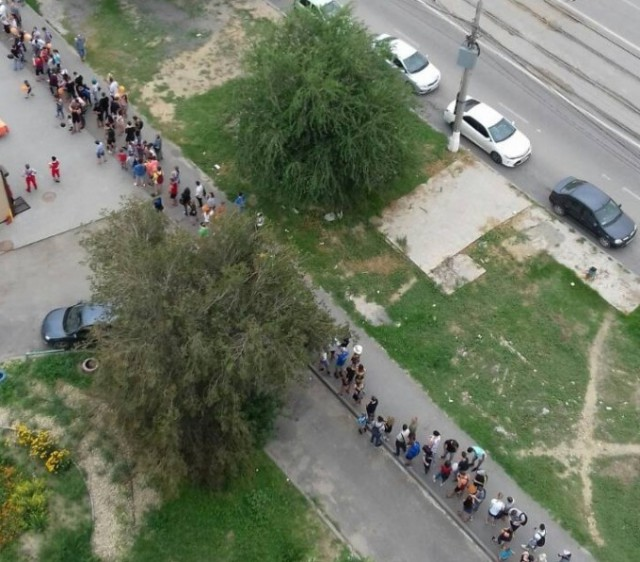 В Волгограде устроили акцию с дешевой пиццей, образовалась гигантская очередь