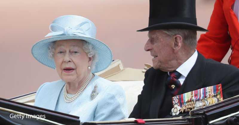 В путешествиях королеву Елизавету всегда сопровождает один мужчина, и это — не принц Филипп и даже не самый преданный телохранитель