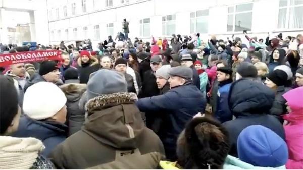 «Мусорный» митинг вВолоколамске: освистали губернатора Воробьева