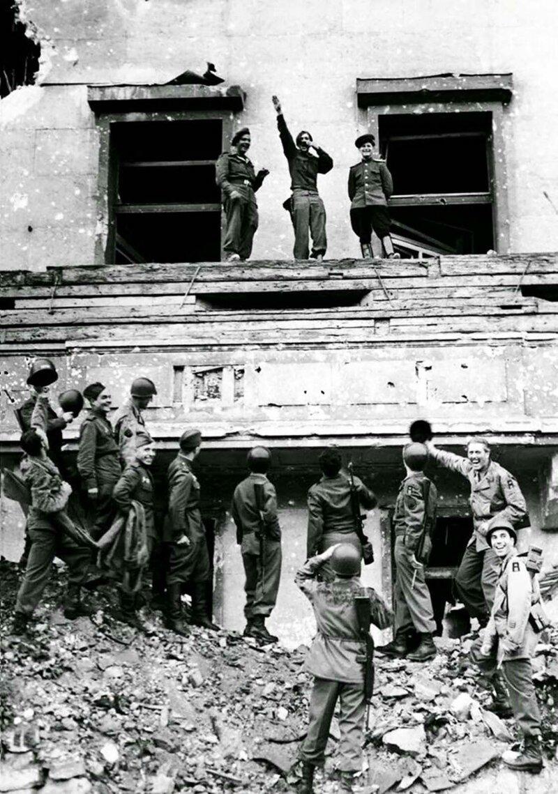 Солдаты союзников высмеивают Адольфа Гитлера на его знаменитом балконе в канцелярии в завоеванном Берлине. 6 июля 1945 г. история, ретро, фото