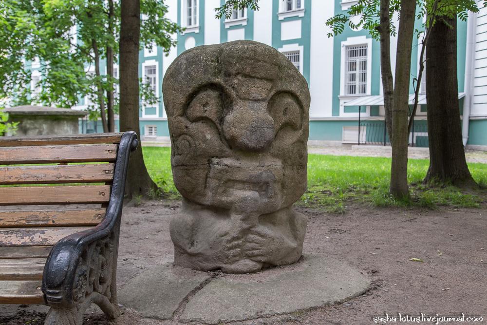Таинственные идолы во дворе Кунсткамеры