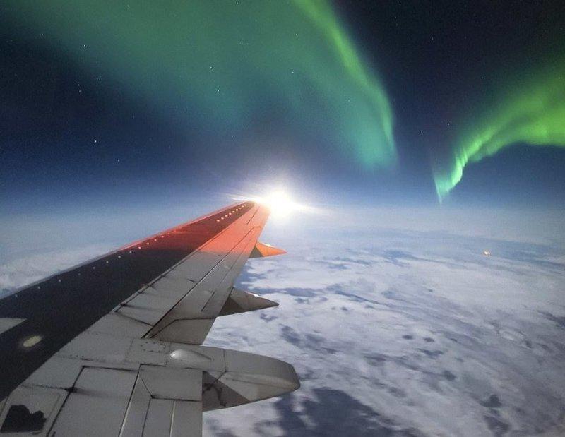 Под сенью северного сияния вид из кабины пилота, красиво, летчик, небо над нами, путешествия над Землей, фото из самолета, фотограф, фотографии
