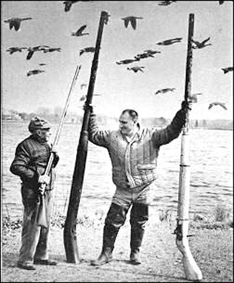 Охотники на уток с пунтовыми ружьями. Источник изображения: liboatingworld.com