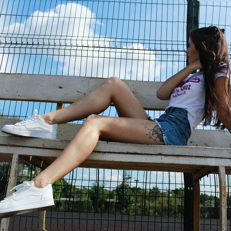 Девчонка задрав ногу курит — 5
