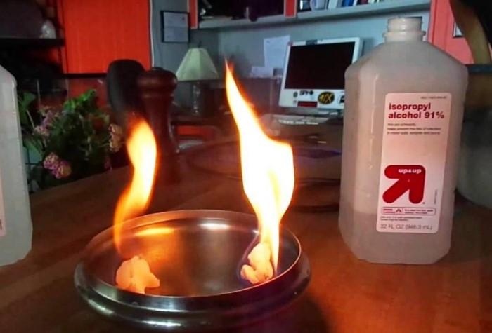 Пользуйтесь спиртом подальше от огня / Фото: i2.imageban.ru