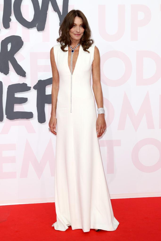 Карла Бруни в белом платье и подвеске