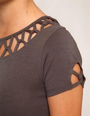 Блузки с акцентом на декор или обыгрывание открытого плечика