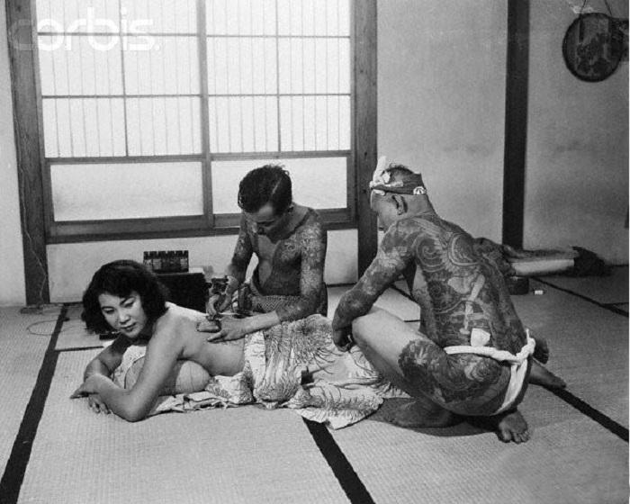 Нанесение татуировок бамбуковыми иглами.