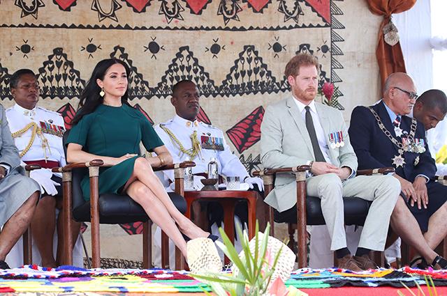 Меган Маркл и принц Гарри попрощались с Фиджи и улетели на Тонгу