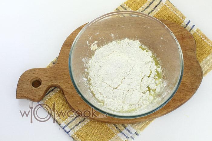 Подсыпаем муку и вымешиваем тесто