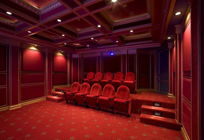 Домашний кинотеатр в цветах: красный, бордовый. Домашний кинотеатр в стилях: неоклассика.