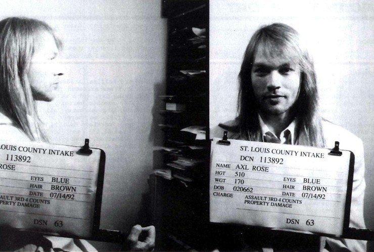 Эксл Роуз, вокалист Guns & Roses. Арестован 14 марта 1992 года – драка, сопротивление полиции. арест, звезды, полиция, правонарушение